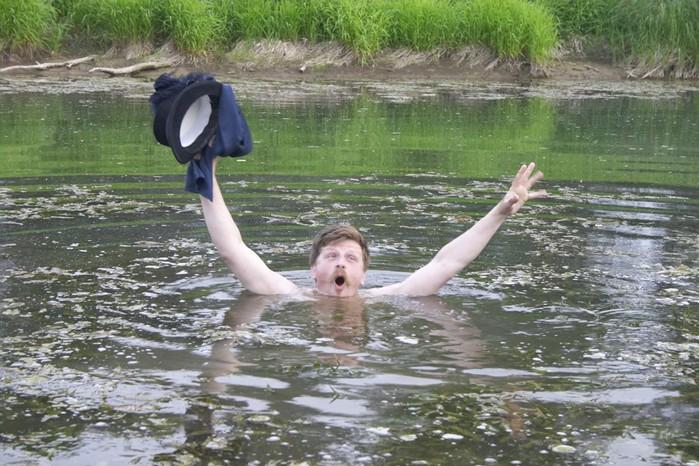 в лодку плавающую в озере попало много воды. в первом случае в лодку кладут полено